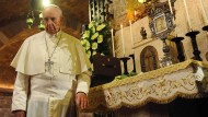 Ein einsamer Mann am Altar: Papst Franziskus will, dass Frauen keine Priester werden dürfen.