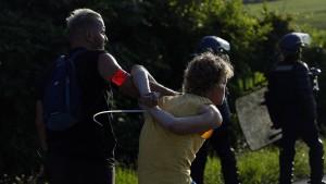 Erste Zusammenstöße zwischen G-7-Gegnern und französischer Polizei