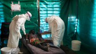 """Ebola-Verdacht im Kongo 2007. """"Das ist die achte Ebola-Epidemie im Kongo, sie wird die Bevölkerung nicht erschüttern"""", sagt der Gesundheitsminister zum aktuellen Ausbruch."""