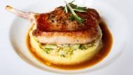 Perfekte Hausmannskost: Kotelett vom Iberico-Schwein mit Spitzkohl, Kartoffelstampf und Kreuzkümmeljus