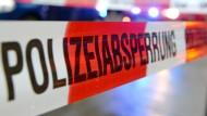 Die Polizei sperrte das Strandbad in Nieder-Roden vorübergehend. (Symbolbild)