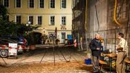 Ermittler am Montag vor dem abgesperrten Tatort in Ansbach