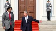 Vor dem Schloss Bellevue: Bundespräsident Joachim Gauck begrüßt Scheich Tamim Bin Hamad al Thani