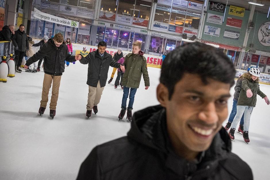Pastor Shijo beim Schlittschuhlaufen in einer Eishalle