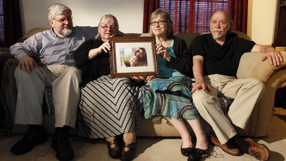 Die Eltern der Entführten mit einem Bild ihrer Kinder 2014