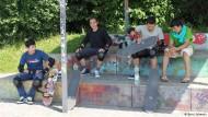 Skater rasen durch Prager Autotunnel