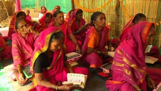 Indische Omas drücken erstmals die Schulbank