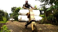 Holzroller als Alleskönner: Chukudus im Kongo