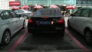 Chinesische Frauen bekommen breitere Parkplätze