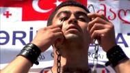 Georgier stemmt 33 Kilo mit Augenlidern