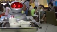 Roboter kocht und bedient die Gäste
