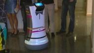 Roboter bedient Hotelgäste
