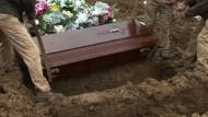 Ehrenamtliche Trauergäste am Grab