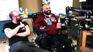 Gelähmter steuert Roboterarm per Gedanken