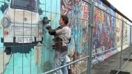 Die Berliner Mauer ist hinter Gittern
