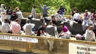 Umweltaktivisten besetzen Gleise in der Lausitz