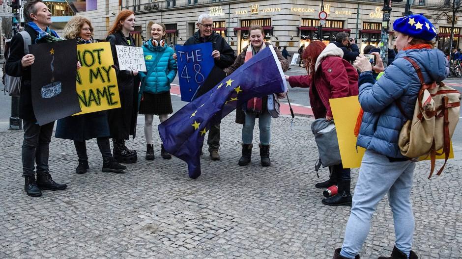 Nahe der britischen Botschaft in Berlin kamen am Brexit-Tag EU-Freunde zusammen.