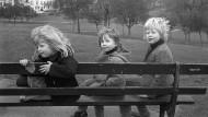 Boris Johnson (r.) mit seinen Geschwistern Rachel und Leo im Jahr 1973