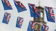Kleine Brexit-Flaggen flattern im Wind.