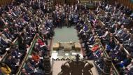 Wie wird die Abstimmung ausgehen?: Mitglieder des Unterhauses warten am Dienstag auf die Verkündung des Resultats.