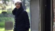 Die britische Premierministerin ist – nach einem Kirchbesuch am vergangenen Sonntag in ihrem Wahlbezirk – auf dem Weg nach draußen.