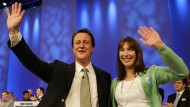 Cameron und seine Frau Samantha nach seiner Rede auf dem Parteikongress im Oktober 2005. Der Verzicht auf jegliche Notizen könnte ihm dabei geholfen haben, dass er kurz danach zum neuen Vorsitzenden der Tories gewählt wurde.