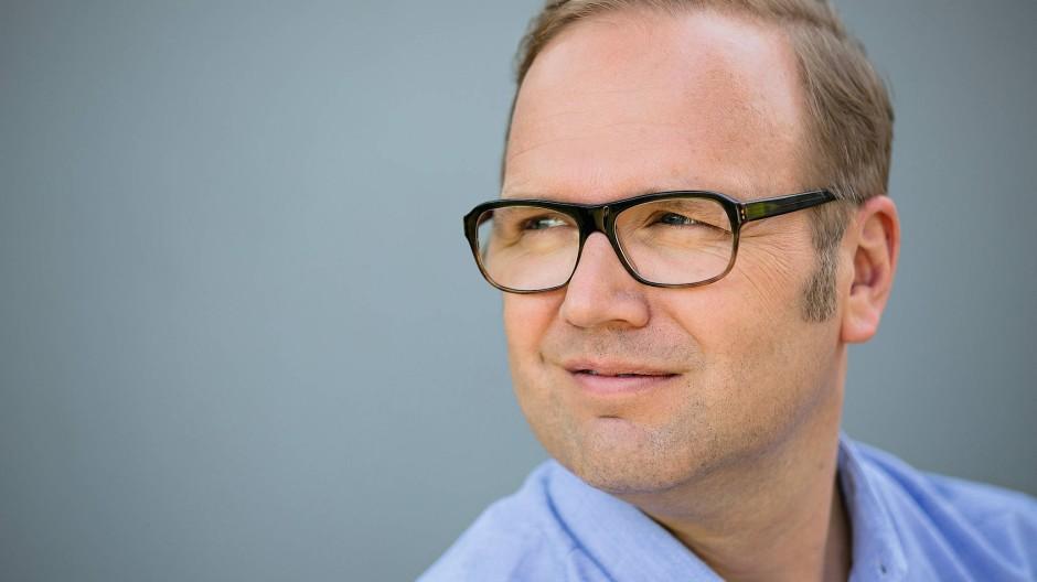 Der Schriftsteller und Journalist Till Raether schreibt hauptsächlich Kriminalromane – nun hat er ein Buch über seine Depression verfasst.