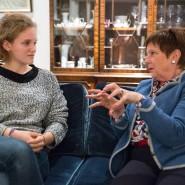 """Hannah Lübbert, Studentin der Umweltwissenschaften, und Gisela Aye, Kunsthistorikerin, nehmen in Lüneburg an der Aktion """"Deutschland spricht"""" teil."""