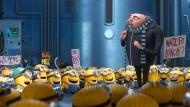 """Seit einem überraschenden Wahlerfolg in irgendeiner entlegenen Gegend sind die blau-gelben Altliberalen zur Verblüffung des Vorsitzenden wieder extrem gut drauf: Szene aus """"Ich - Einfach unverbesserlich 3""""."""