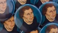 Alle feiern ihn, keiner kommt ihm nah: Magneten mit dem Porträt des Reformators im Lutherhaus Eisenach.