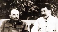 1922 beim kranken Lenin: Stalin hat sich hier möglicherweise nachträglich als legitimer Erbe ins Bild setzen lassen.