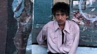 Neuerdings im Club der Swinger, hoffentlich nur vorübergehend: Bob Dylan, ungewohnt breitbeinig.