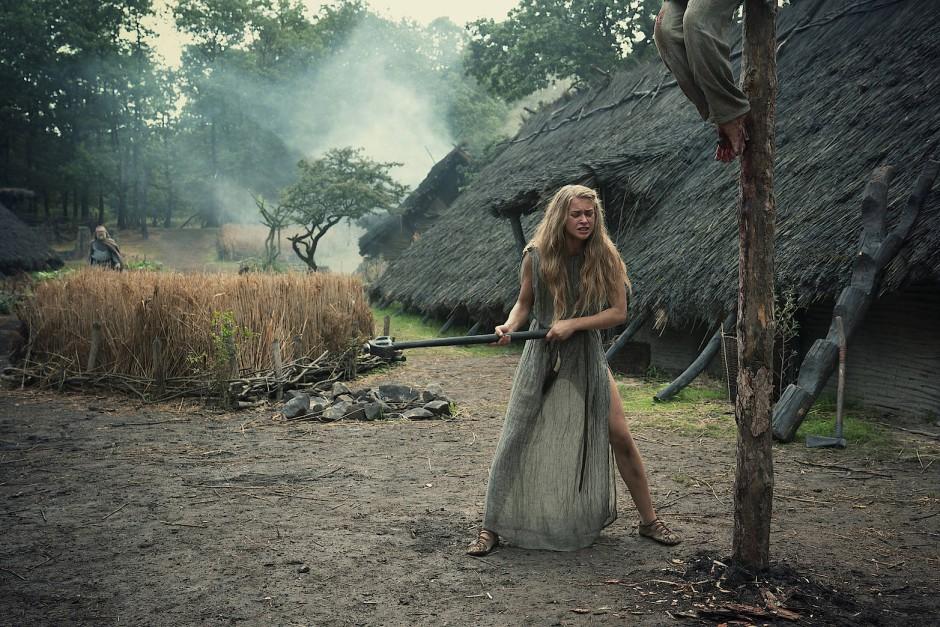 """Ungewöhnlich viel Erlösungssymbolik ist in der Netflix-Serie """"Barbaren"""" zu sehen. Szene mit Jeanne Goursaud als Thusnelda."""