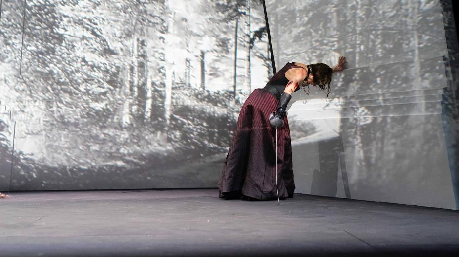 """Mit dem Kopf gegen die schräge Wand: Szene aus Calderons """"Das Leben ein Traum"""" in Wien"""