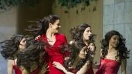 Fliegende Haarpracht: In der Dortmunder Inszenierung kommt nur noch ein Countertenor zum Einsatz. Die restlichen Frauenrollen werden mit Sängerinnen besetzt.