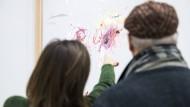 """Malt manchmal Kinderkrikelkrakel: Der Künstler Cy Twombly. Das Werk heißt """"Nine Discourses on Commodus"""" und hängt noch bis April im Centre Pompidou."""
