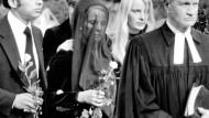 Trauer um den ermordeten Jürgen Ponto: Ehefrau Ignes Ponto (m.) mit ihren Kindern Stefan (l.) und Corinna (r.)