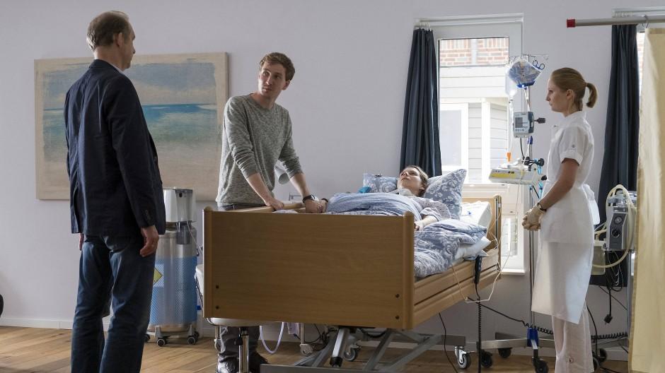 Oliver Lessmann (Jan Krauter) verlangt vom Gutachter Carsten Kühne (Peter Heinrich Brix) eine Kontrolle des Pflegedienstes.