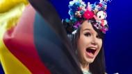 ESC-Aspirantin Jamie-Lee Kriewitz wedelt mit der deutschen Flagge.