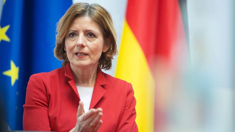 Ohne Maske, aber mit großem Abstand: Malu Dreyer am Donnerstag in der Staatskanzlei in Mainz