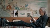 """""""Bin im Wald. Kann sein, dass ich mich verspäte"""", hat Peter Handke der Filmemacherin ausgerichtet. Hier ist er allerdings pünktlich beim Lesen in seinem Haus."""