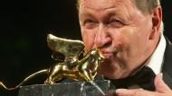 Er hat ihn: Roy Andersson mit dem Goldenen Löwen der Filmfestspiele Venedig 2014.