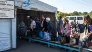 Gepäckkontrolle am 22. September in Majorska, an der Grenze zwischen ukrainischem und von pro-russischen Separatisten kontrolliertem Gebiet