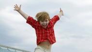 Am Strand, im Garten, in Tobehallen und im Fernsehen: Trampolinspringen ist ein beliebtes Vergnügen.
