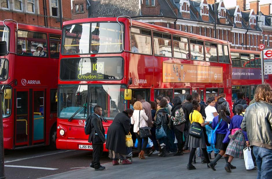 """Straßenszene im Londoner Stadtteil Brixton, einem der Schauplätze von Zoë Becks Roman """"Die Lieferantin""""."""