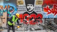 Kein nichtintegrierter Deutschtürke in der Parallelwelt von Essen, sondern ein Türke vor einem Atatürk-Graffito in der Türkei in Istanbul.