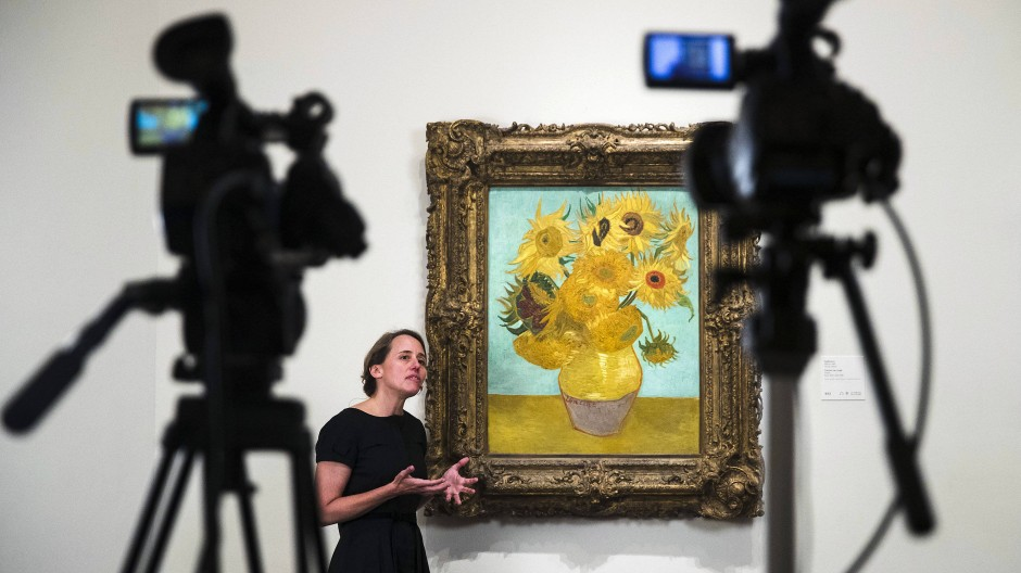Jennifer Thompson, Kuratorin im Philadelphia Museum of Art, neben Van Goghs Sonnenblumen während der Facebook-Liveübertragung
