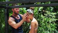 Als wollte er sie segnen: Bastian Yotta mit Gisele Oppermann vor der Dschungelprüfung