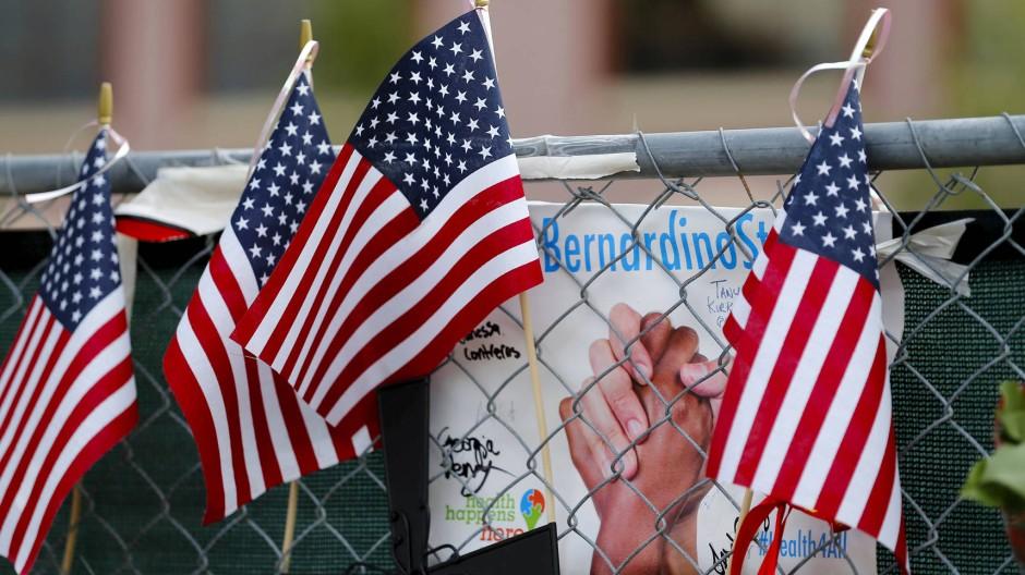 Handydaten sollen den Ermittlern bei der Aufklärung des Terroranschlags von San Bernardino helfen - hier Trauerbekundungen am Tatort.