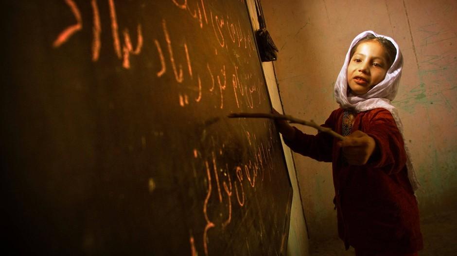 Kurz vorher noch undenkbar: ein Mädchen in der Schule in Kabul, Dezember 2001. Zwanzig Jahre später ist das Erreichte wieder in Gefahr.